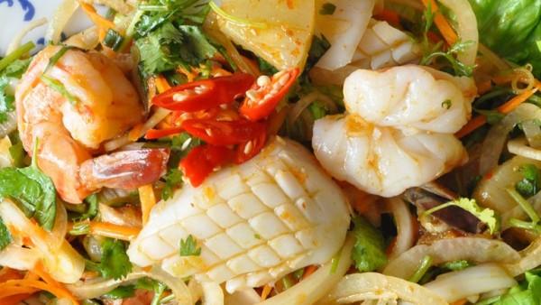 n38S-Salade-de-fruits-de-mer-pimentée-avec-ananas-Yam-Thalé-1140x435